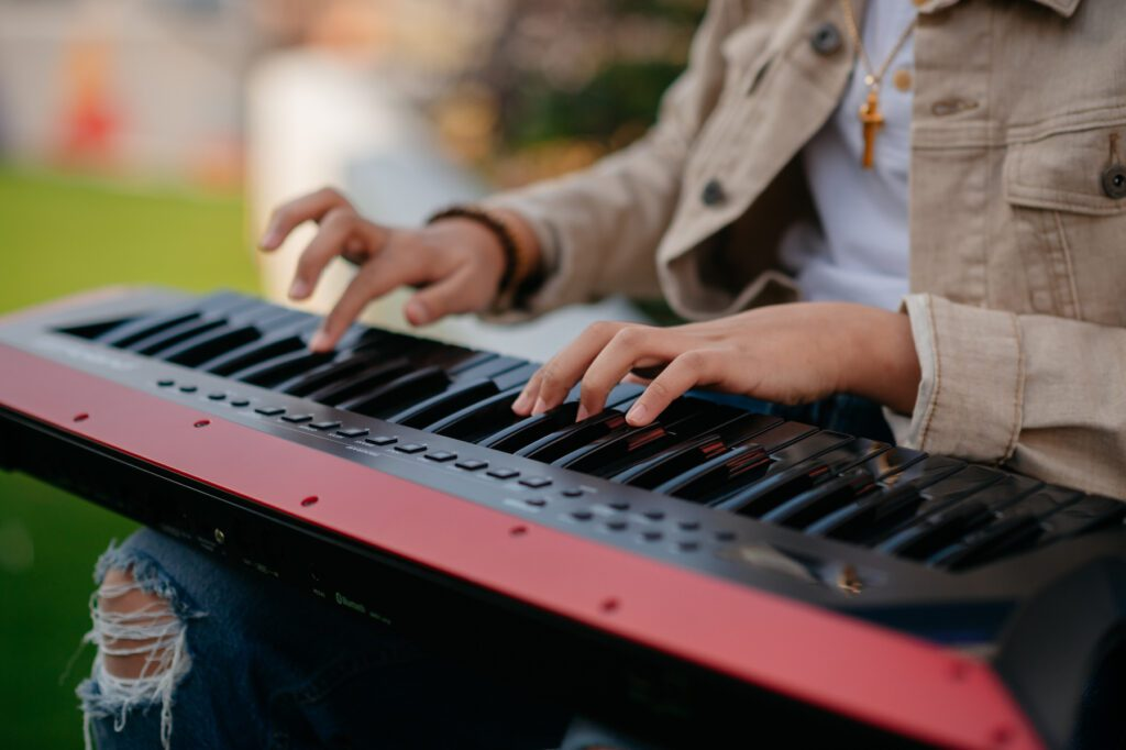 Justin-Lee playing keytar
